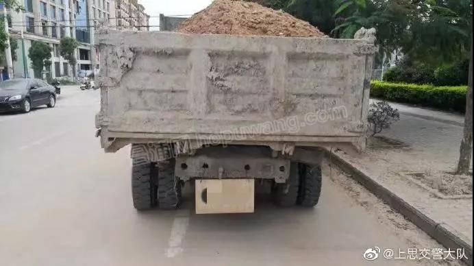 防城港一大货车自制木头车牌上路,货车司机挨罚