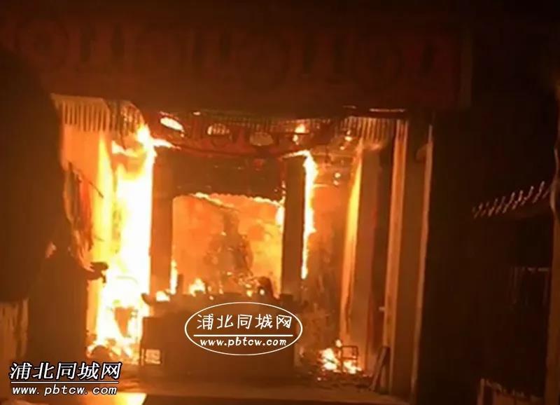钦州北帝庙突发大火,现场火光四射火势惊人!