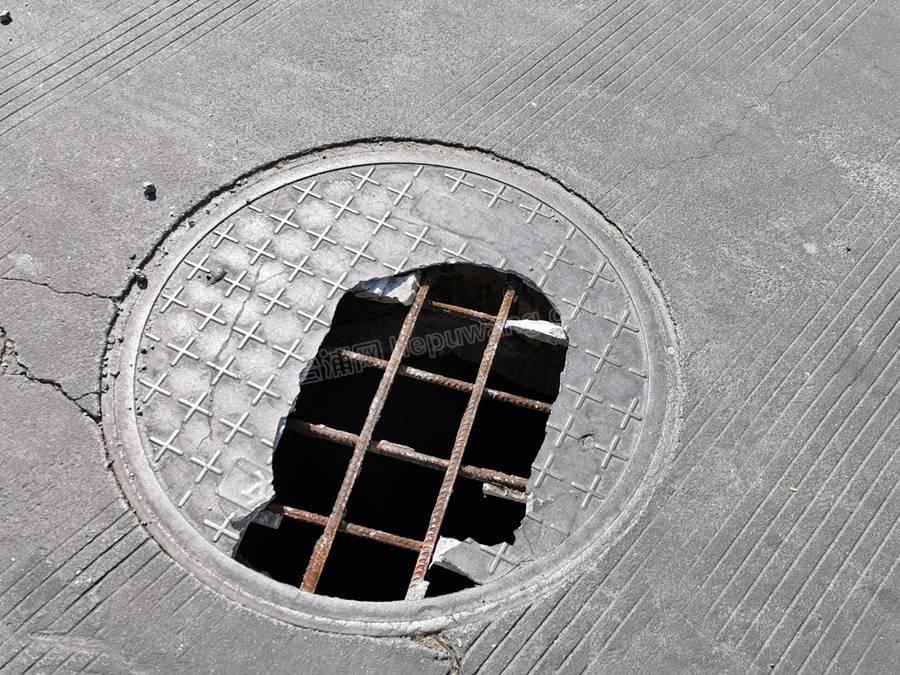 万博下载客运中心加油站,对面一井盖破裂漏出钢筋!请注意!