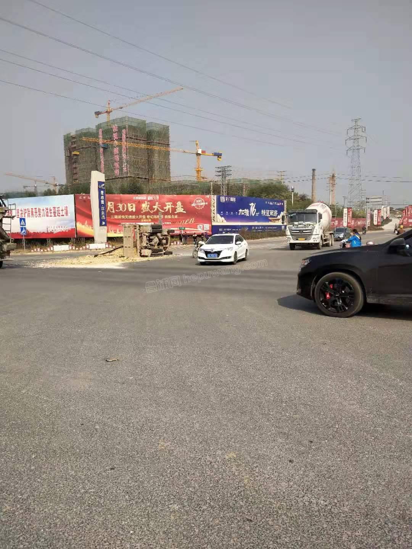 合浦县迎宾大道路段,一土方车发生侧翻!