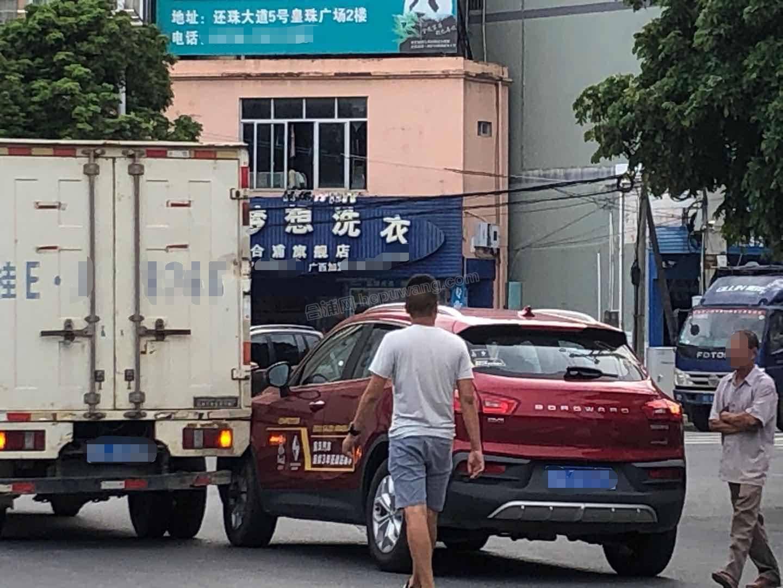 合浦还珠戏院前发生一起交通事故——两车相撞