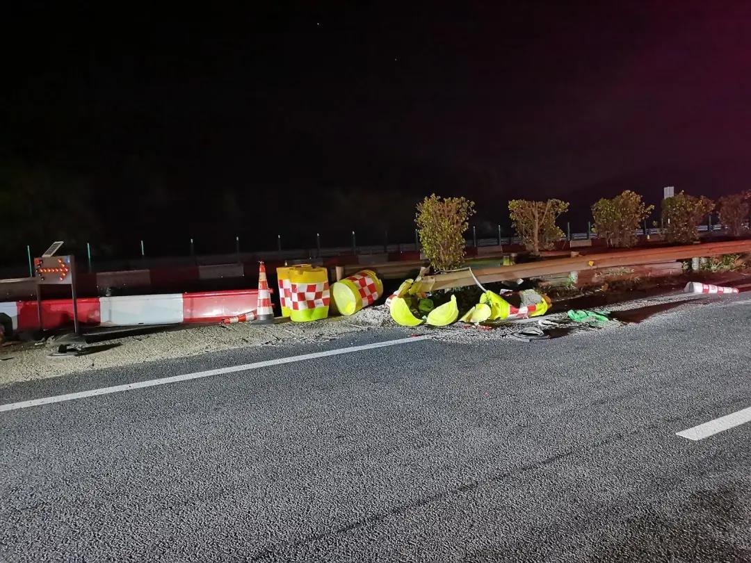 兰海高速合浦段:女司机翻车躺地,两名乘客却在旁说笑玩手机