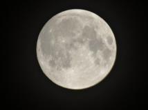 不用脚架拍的,月亮